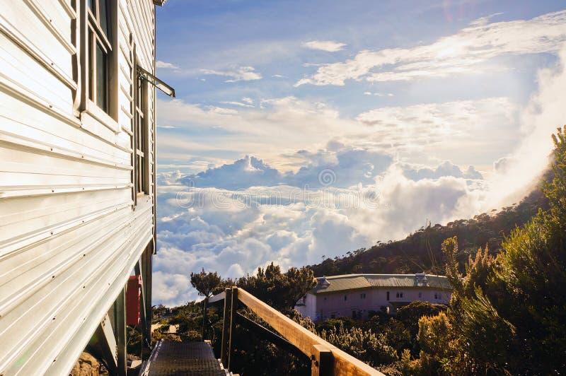 Den sluttande synvinkeln utanför hängen förlägga i barack på Mount Kinabalu, Sabah, Malaysia i en solig dag royaltyfri foto
