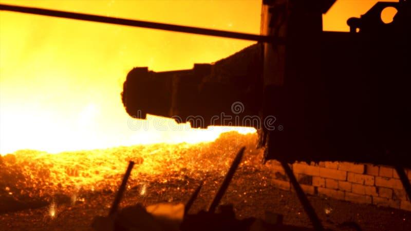 Den smälta järnströmmen i ett stål maler, begreppet för tung bransch Process av produktionen av metall på det metallurgical arkivfoton