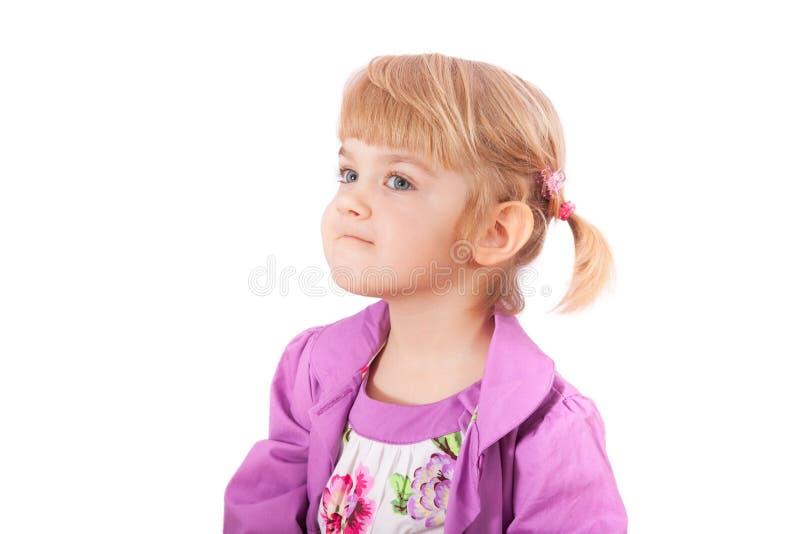 Den små flickan med roligt vänder mot isolerat på vit arkivfoton