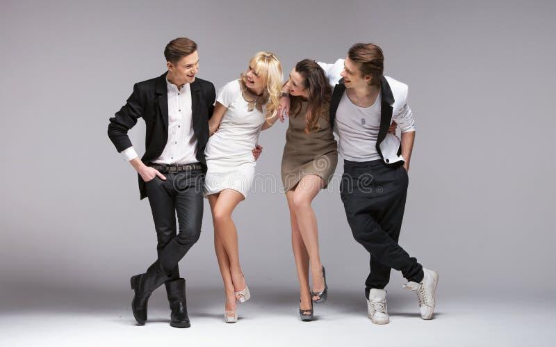Den små gruppen av att skratta modellerar royaltyfria foton