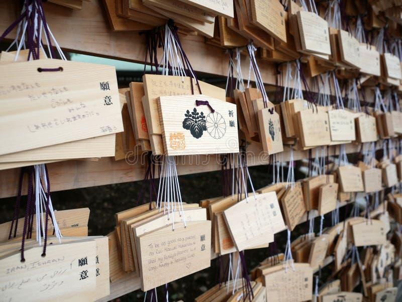 den små shintoen för shibuyaen för böner för plattor för ema-jingumeijien deras tokyo, som önskar, träworshippers skriver royaltyfri bild