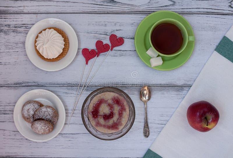 Den smakliga frukosten är klar arkivbilder