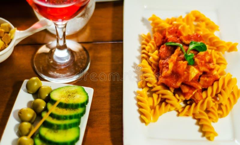 Den smakliga maträtten med pasta, kött och sås, italiensk maträtt, fastar och si arkivbilder
