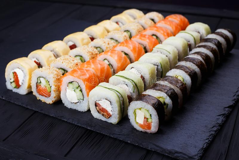 Den smakliga stora färgrika uppsättningen av ny japansk sushimaki rullar med royaltyfria foton