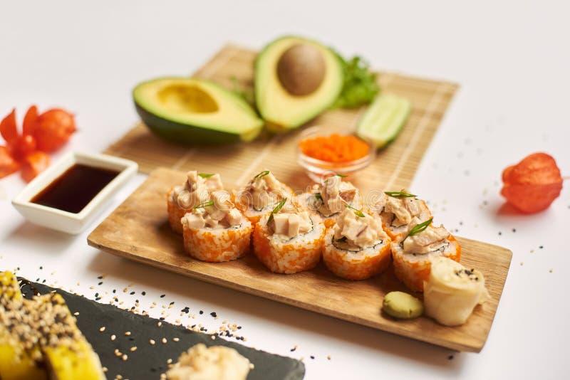 Den smakliga sushi ställde in klara och väntande på klienter under lunch royaltyfria bilder