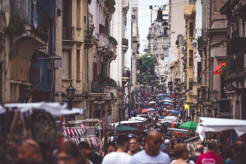 Den smala gatan av Buenos Aires trängas ihop med folk Shevelev royaltyfria bilder