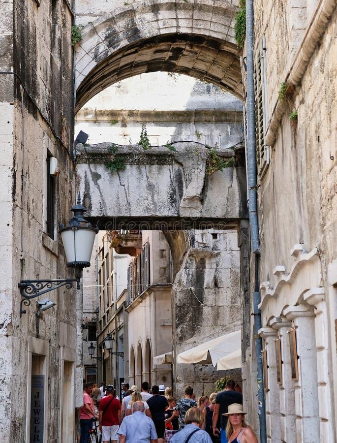 Den smala gatan, delar den gamla staden, Kroatien arkivbilder