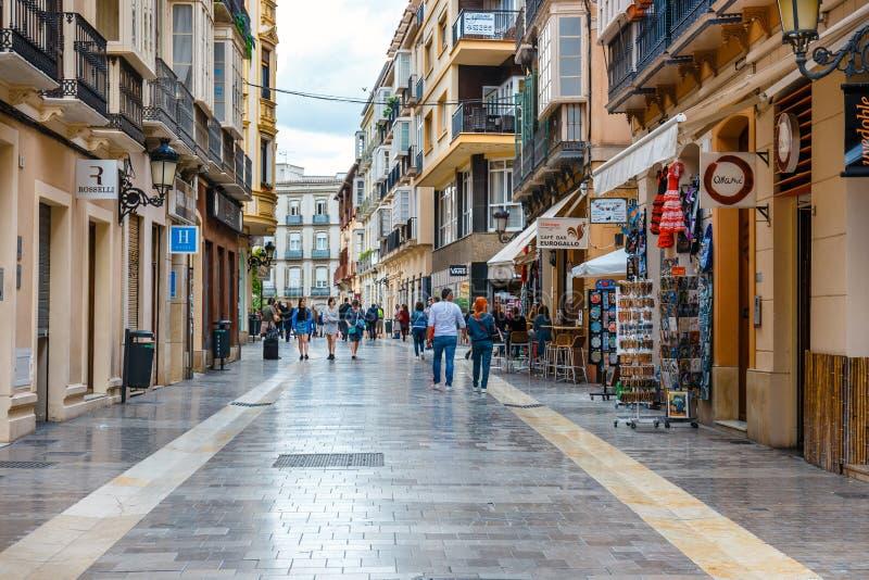 Den smala gatan i den historiska mitten av Malaga, var turister söker för, shoppar arkivbilder