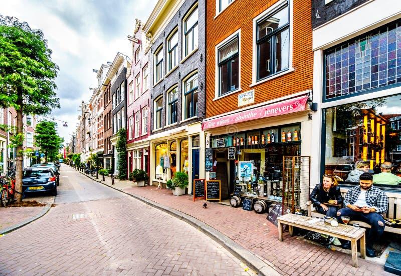 Den smala Nieuwen Leliestraat i den Jordaan grannskapen av det gamla centret av Amsterdam arkivfoton