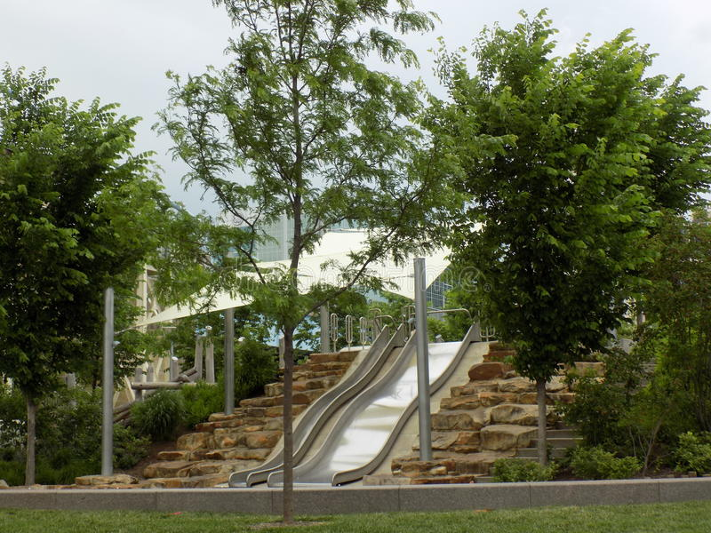 Den Smale riverfronten parkerar glidbanan royaltyfria foton