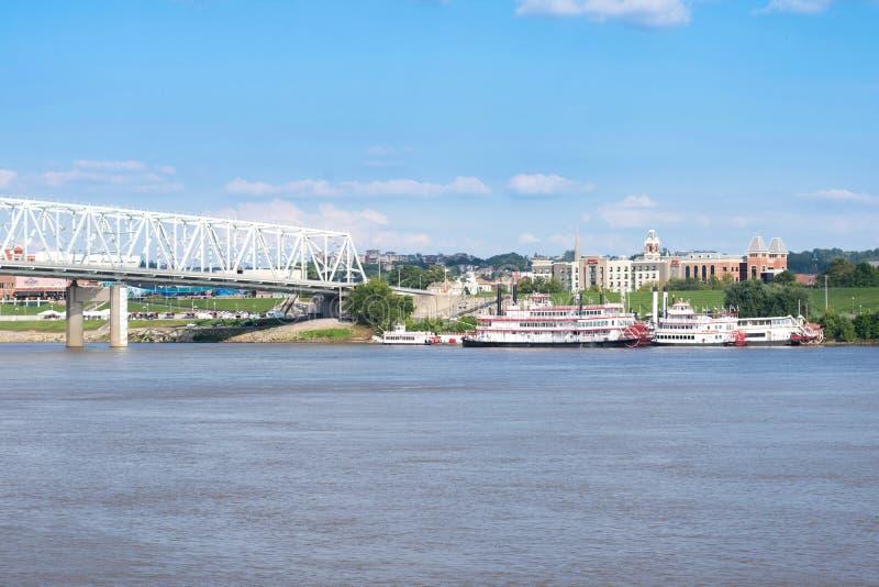 Den Smale riverfronten parkerar i Cincinnati, Ohio bredvid Johnen en fiskrom royaltyfria foton