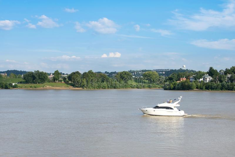 Den Smale riverfronten parkerar i Cincinnati, Ohio bredvid Johnen en fiskrom arkivfoto