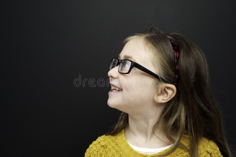 Den smart ung flicka stod infront av en blackboard fotografering för bildbyråer