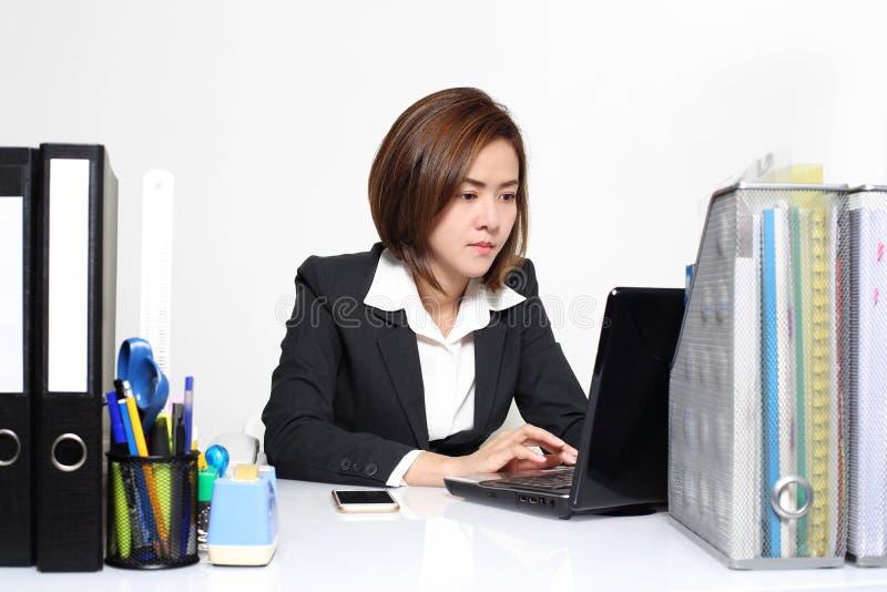 Den smarta affärskvinnan Asian som i regeringsställning arbetar på tabellen royaltyfria bilder