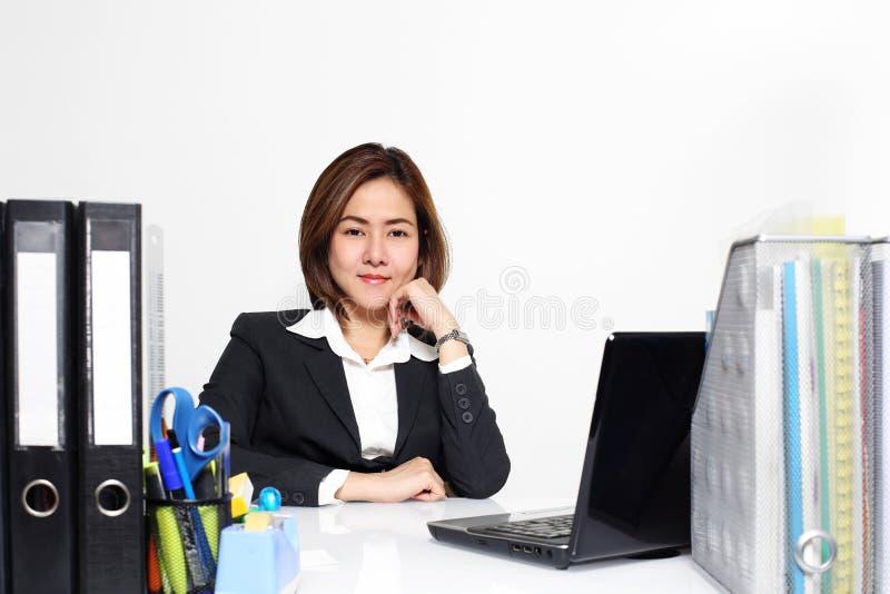 Den smarta affärskvinnan Asian som i regeringsställning arbetar på tabellen royaltyfri bild