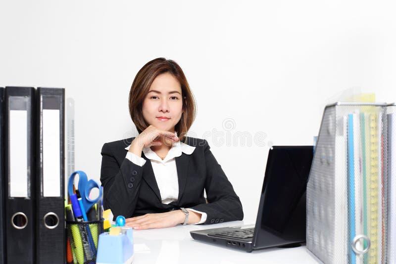 Den smarta affärskvinnan Asian som i regeringsställning arbetar på tabellen royaltyfri foto
