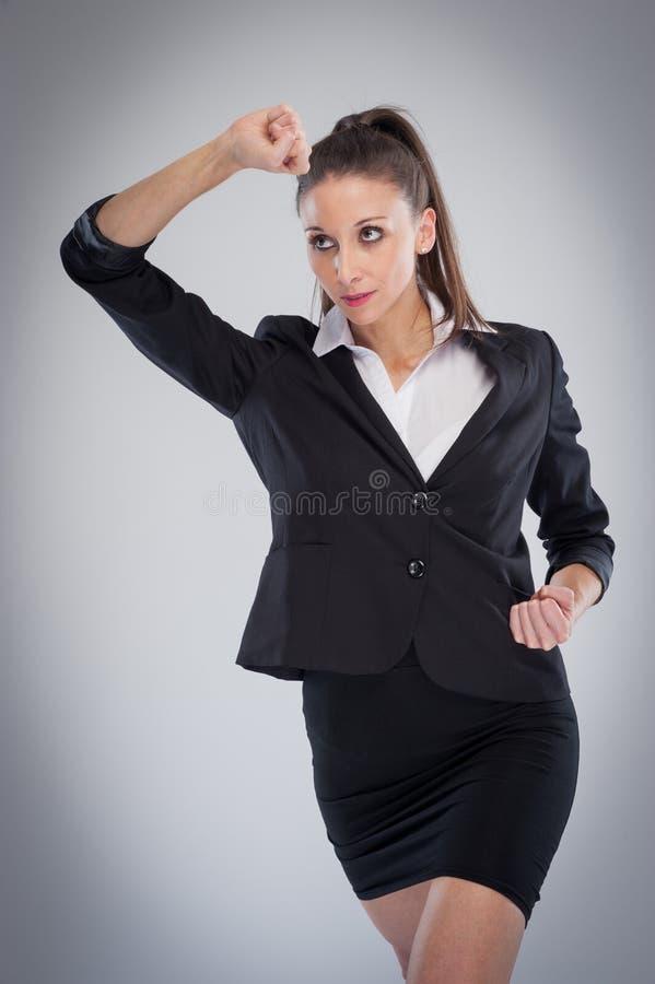 Den smarta kvinnan i kampsporter poserar arkivfoton