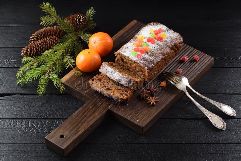 Den smaskiga chokladfruktkakan dekorerade med kanderade frukter fotografering för bildbyråer