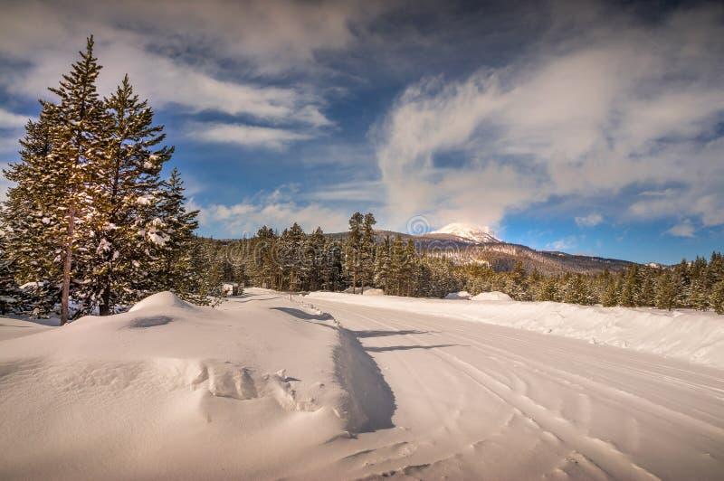 Den snö packade vägen på ön parkerar Idaho fotografering för bildbyråer