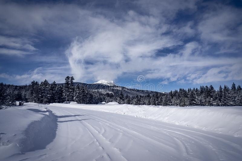Den snö packade vägen på ön parkerar Idaho arkivbild