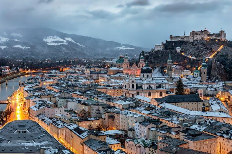Den snöig gamla staden av Salzburg i de österrikiska fjällängarna royaltyfri fotografi