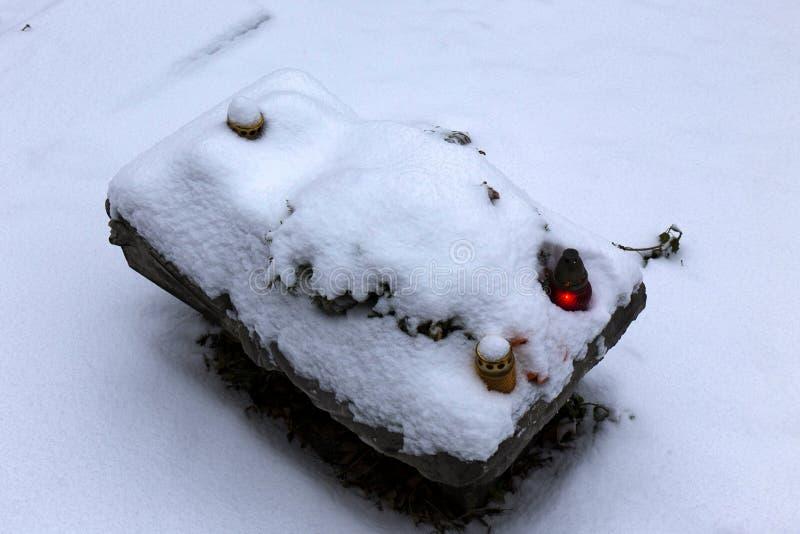 Den snöig gravvalvet av legless kopplar samman flickor på den gamla Prague fotografering för bildbyråer