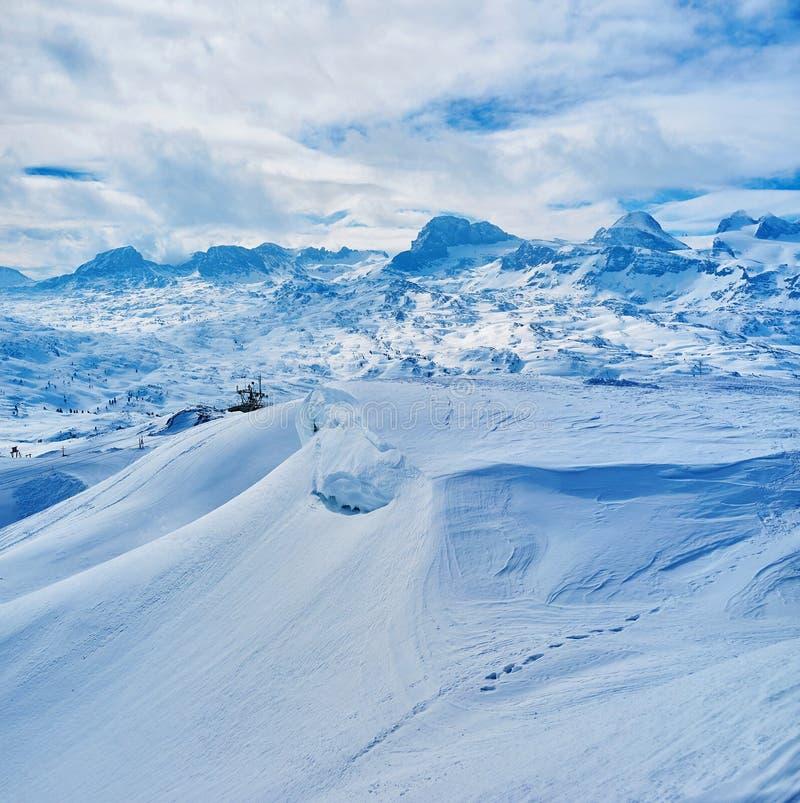 Den snöig lutningen av den Krippenstein monteringen, Dachstein massiv, Salzkammergut, Österrike royaltyfria bilder