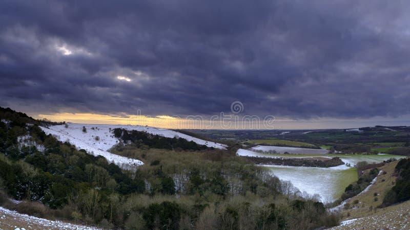 Den snöig solnedgångsikten över den Meon dalen in mot den gamla Winchester kullen, söder besegrar nationalparken, Hampshire, UK fotografering för bildbyråer
