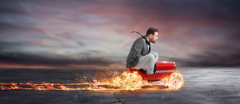 Den snabba affärsmannen med en bil segrar mot konkurrenterna Begrepp av framgång och konkurrens royaltyfri fotografi