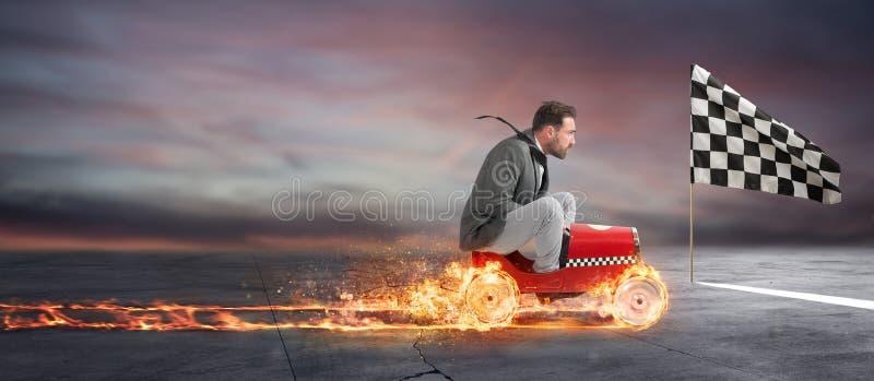 Den snabba affärsmannen med en bil segrar mot konkurrenterna Begrepp av framgång och konkurrens royaltyfri foto