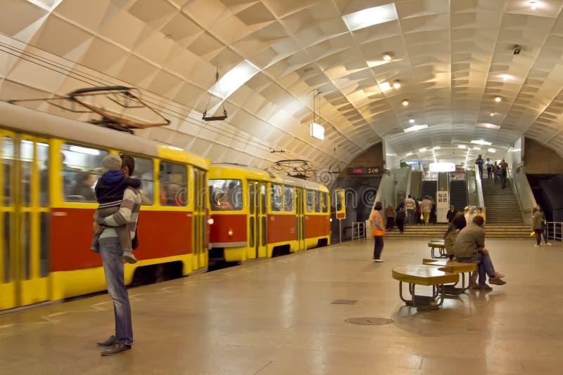 Den snabba spårvagnen ankommer på den Lenin för den underjordiska stationen fyrkanten arkivbilder