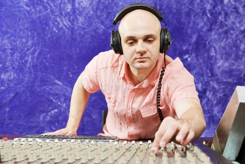 Den solida teknikern arbetar med den yrkesmässiga musikaliska blandaren arkivbild