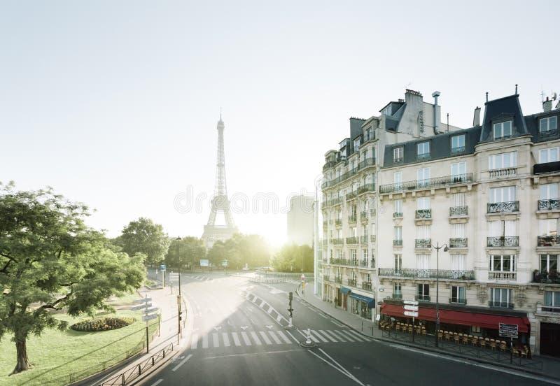 Den soliga morgonen och Eiffel står hög, Paris arkivbild