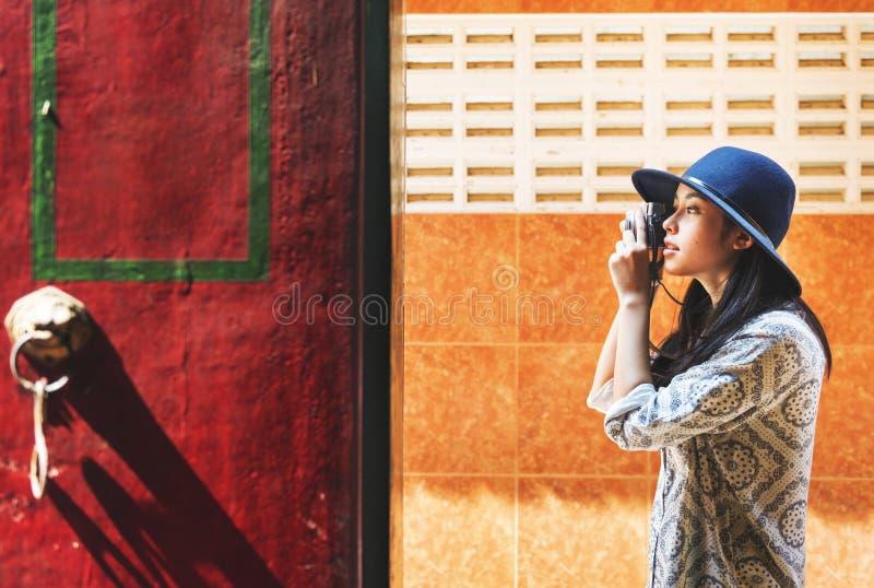 Den solo asiatiska kvinnliga handelsresanden arkivfoton