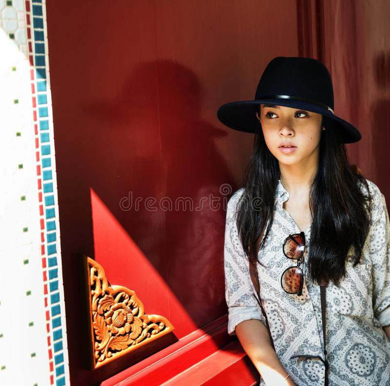 Den solo asiatiska kvinnliga handelsresanden arkivbild