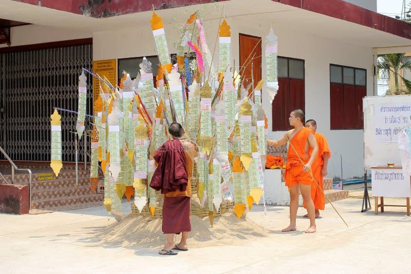 Den Songkran festivalen firas i en traditionell nyårsdagen, munkar kommer att dekorera tung I royaltyfri bild