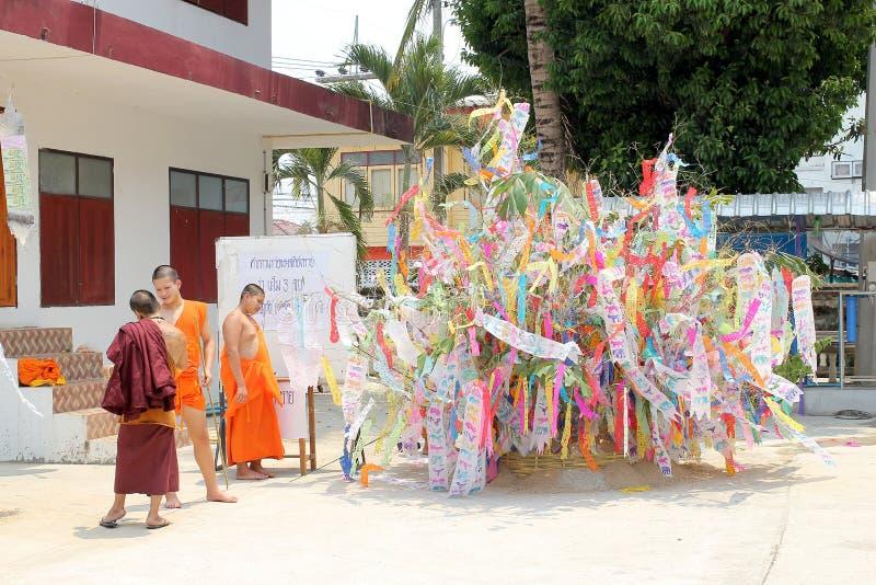 Den Songkran festivalen firas i en traditionell nyårsdagen, munkar kommer att dekorera tung I arkivfoto