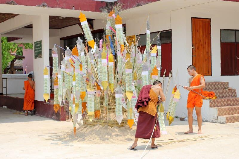 Den Songkran festivalen firas i en traditionell nyårsdagen, munkar kommer att dekorera tung I royaltyfria bilder