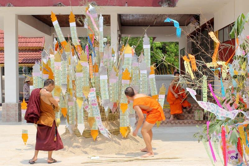 Den Songkran festivalen firas i en traditionell nyårsdagen, munkar kommer att dekorera tung I fotografering för bildbyråer