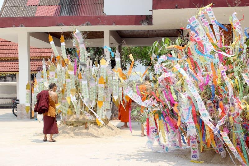 Den Songkran festivalen firas i en traditionell nyårsdagen, munkar kommer att dekorera tung I arkivbild