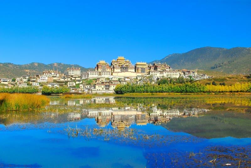 Den Songzanlin templet också som är bekant som den Ganden Sumtseling kloster, är en tibetan buddistisk kloster i den Zhongdian st royaltyfri foto