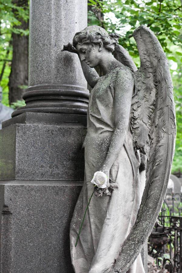 Den sorgsna ängeln sörja ängel med en vitros nära cet royaltyfri bild