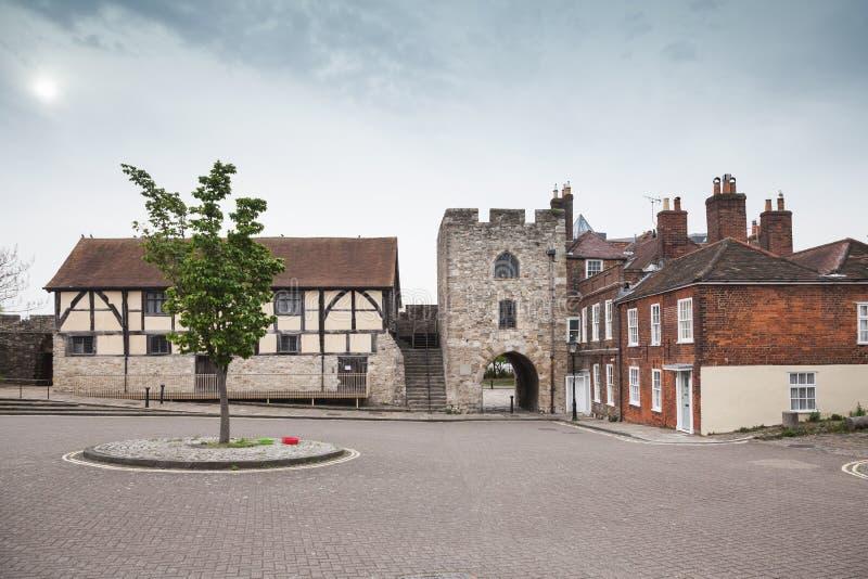 Den Southampton gatan med gammalt stenar tornet arkivbilder