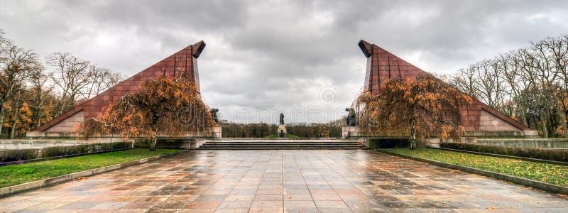 Den sovjetiska krigminnesmärken i Treptower parkerar, Berlin, Tysklandpanorama royaltyfria foton
