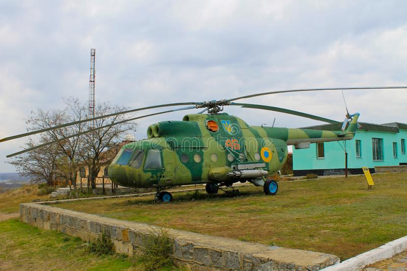 Den sovjetiska militära helikoptern parkerar in Yuzhnoukrainsk Ukraina royaltyfri fotografi