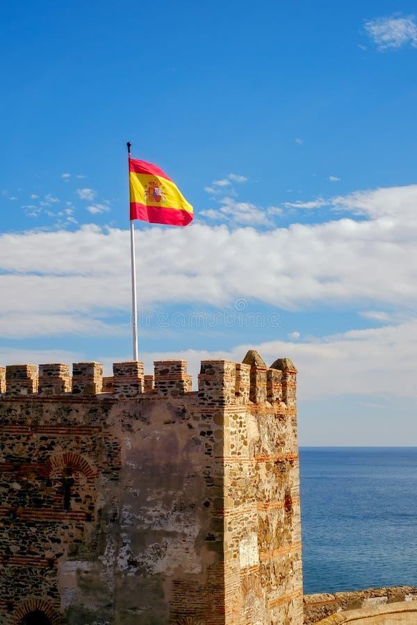 Den Spanien flaggan på fästningen royaltyfria foton