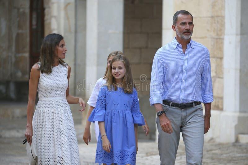 Den Spanien kungafamiljen poserar i mallorca under sommarferier arkivbild
