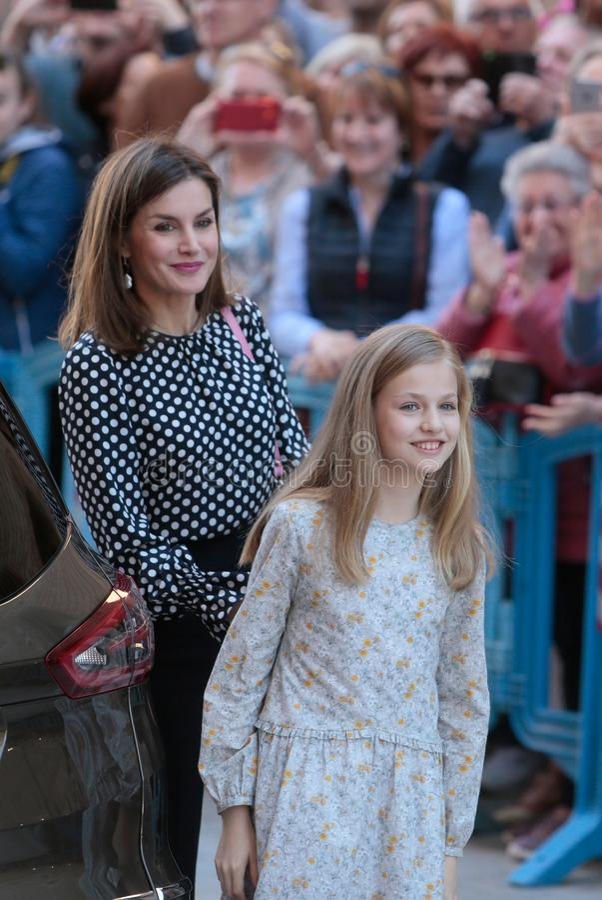 Den spanska kungliga drottningen Letizia gör en gest med dotterprinsessan Leonor royaltyfria foton