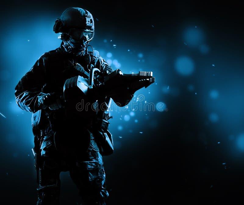 Den speciala gruppsoldaten rymmer en stålar för att öppna dörrarna fotografering för bildbyråer