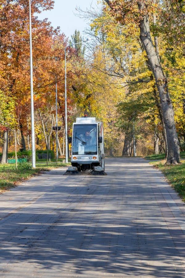 Den speciala maskinen gör ren gator och parkerar från avskräde Ukraina, Kiev 20 10 2018 arkivfoton